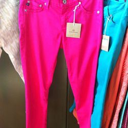 Blinding fuchsia leggings for summer. We had to bust out our shades for this one.