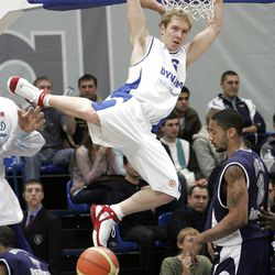 Marcus Haislip (R) of Efes Pilsen fights for a ball with Travis Hansen (L) of Dynamo Moskva, 07 December 2006 in Moscow, during their basketball Euroleague group A match.