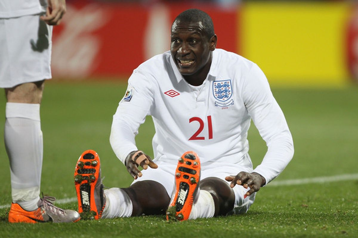 Emile Heskey to Gerard Houllier: I think I done banged up my knee, boss.  (Photo by Ian Walton/Getty Images)
