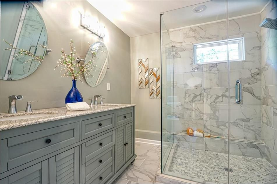 A master bathroom with white and gray tile.