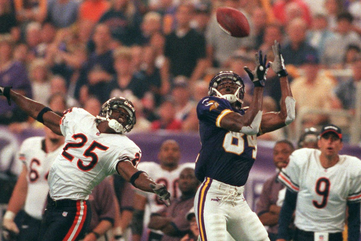 GENERAL INFORMATION: Vikings at home vs. Chicago Bears, noon start. IN THIS PHOTO: MINNEAPOLIS, MN, 9/3/2000, SUNDAY- Vikings vs. Chicago Bears .Vikings Randy Moss pulls down a long pass from Daunte Culpepper over Chicago defensive back Thomas Smith i