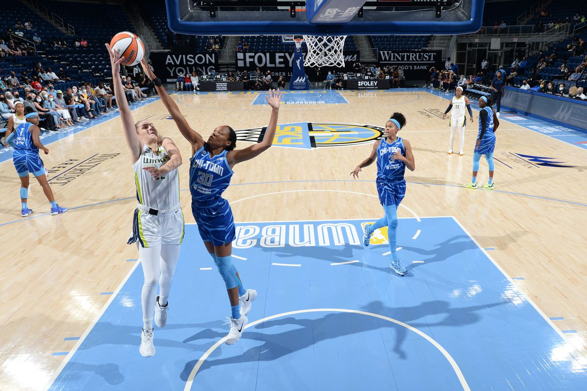 Bella Alarie of the Dallas Wings drives to the basket during the game against the Sky on Aug. 17 at Wintrust Arena.