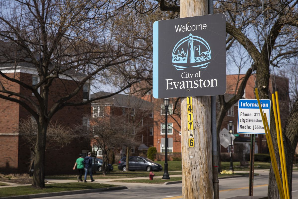 """A """"Welcome to Evanston"""" sign on Ridge Avenue at Howard Street."""