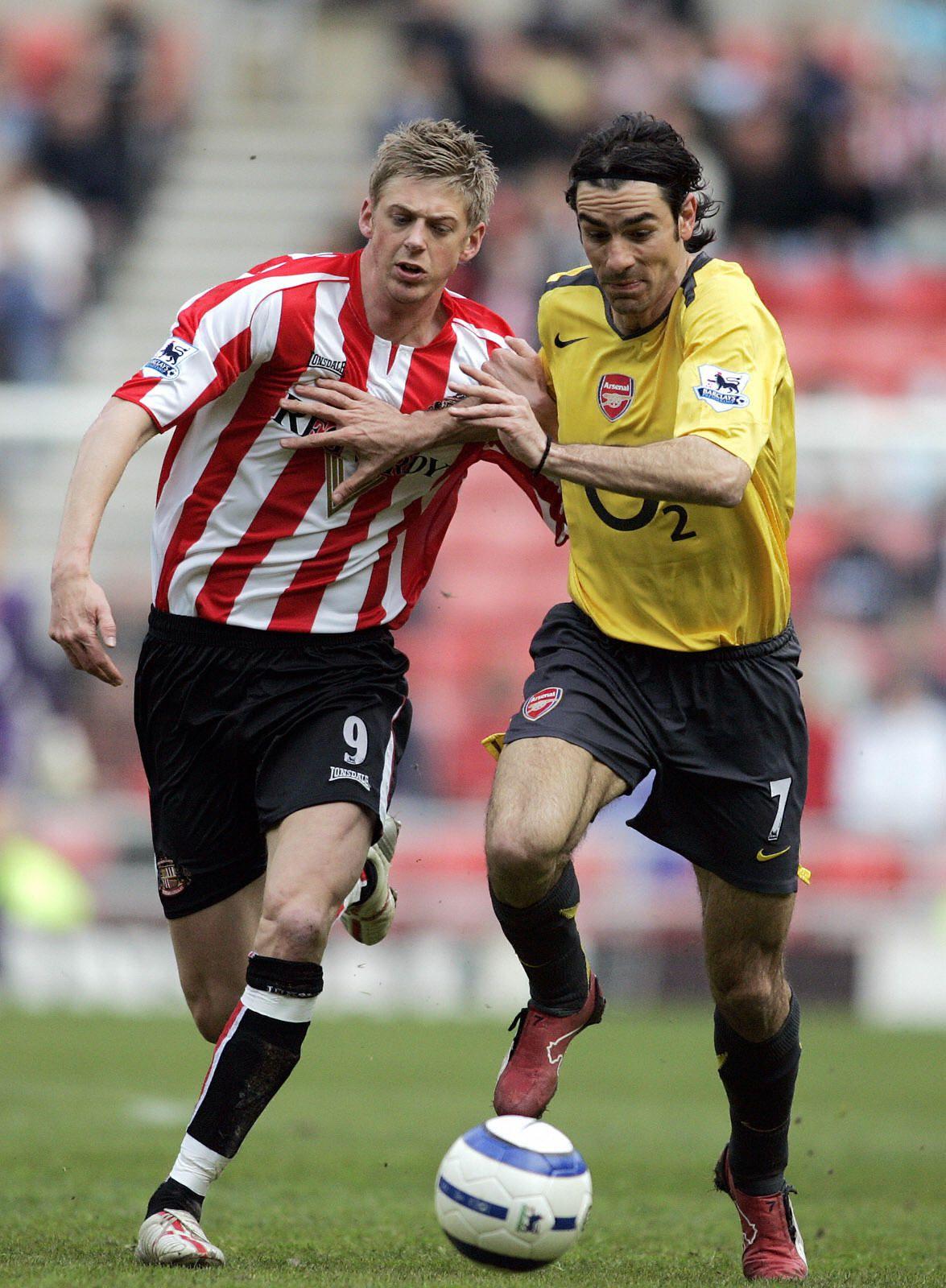 Sunderland's Jonathan Stead (L) battles