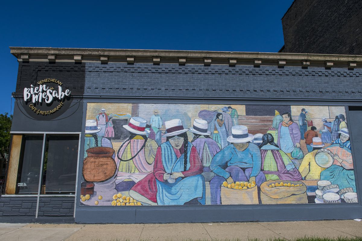 Mural on the west-facing wall of Bien Me Sabe Venezuelan Cafe in the 1600 block of West Montrose Avenue in Ravenswood.   Tyler LaRiviere/Sun-Times