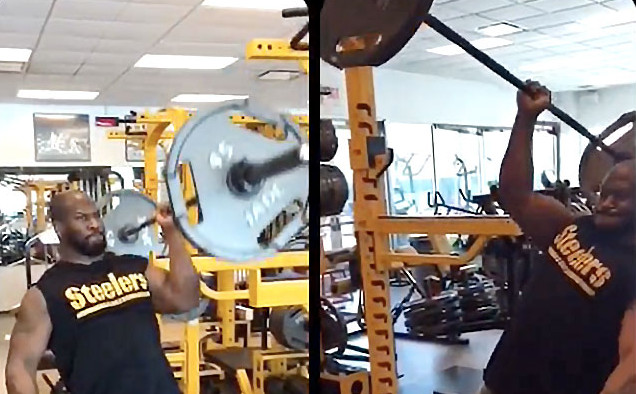 """(Screenshot from James Harrison's <a href=""""https://www.instagram.com/jhharrison92"""">Instagram account</a> via <a href=""""http://www.cbssports.com/nfl/news/look-james-harrison-does-135-pound-one-handed-shoulder-presses/"""">CBSSports</a>)"""