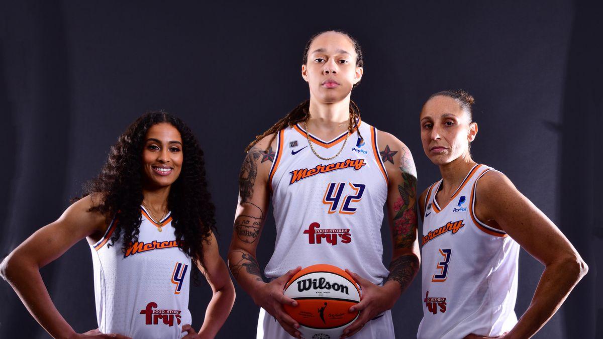2021年5月6日,亚利桑那州菲尼克斯太阳球馆,菲尼克斯水星队的斯凯拉·迪金斯-史密斯、布里特尼·格里纳和戴安娜·陶拉斯在WNBA媒体日拍照。