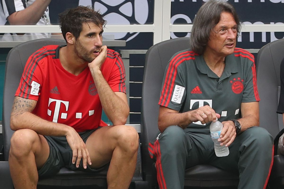 FC Bayern AUDI Summer Tour 2018 - Day 5 MIAMI, FL - JULY 27: Injured Javi Martinez (L) of FC Bayern Muenchen pauses next to team doctor Hans-Wilhelm Mueller-Wohlfahrt during a training session ahead of the team's friendly match aganst Manchester City on Saturday during the FC Bayern AUDI Summer Tour on July 27, 2018 in Miami, Florida.