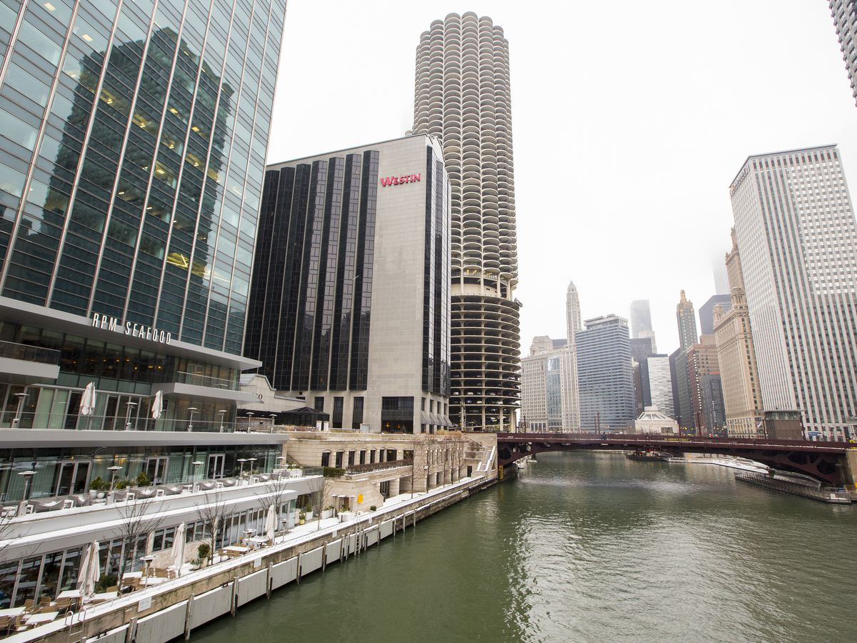 A large restaurant on the Chicago River.