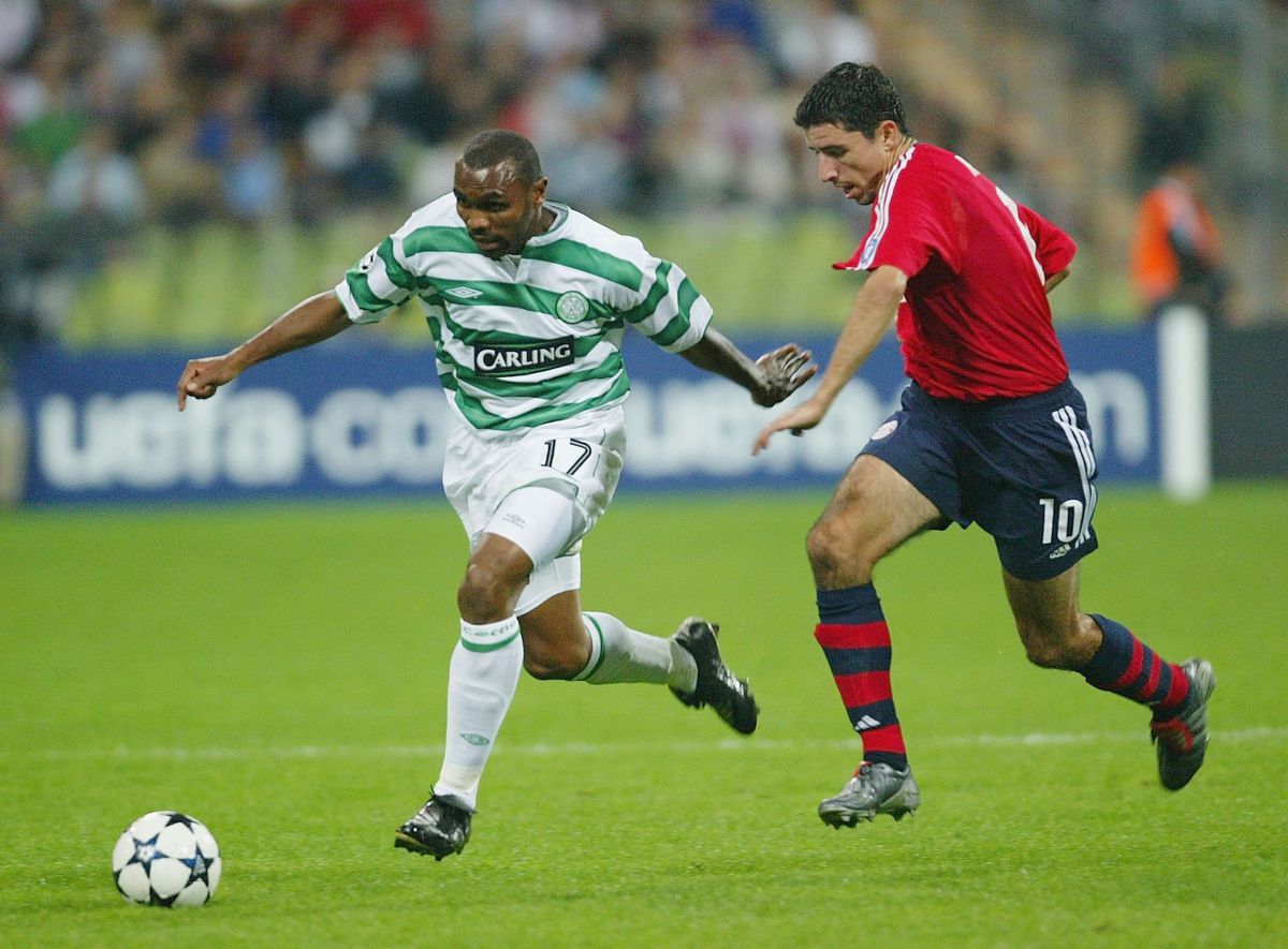 Didier Agarthe of Celtic holds off Roy Makaay of Bayern