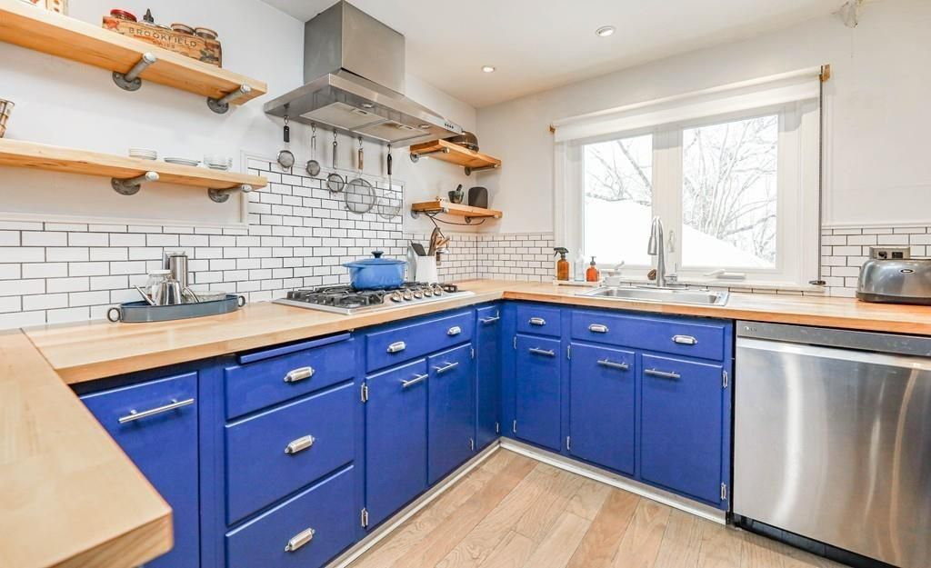 A large kitchen with a U-shaped counter.
