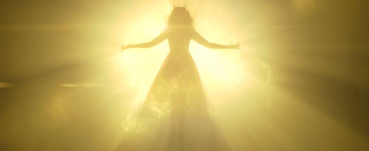 La Bruja Escarlata con su traje original desciende de la luz de la Piedra de la Mente en WandaVision