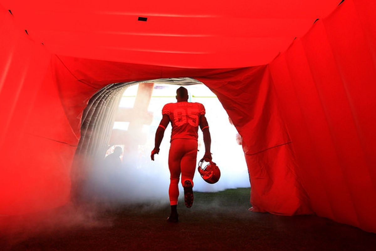 SAN FRANCISCO - NOVEMBER 14:  Vernon Davis #85 of the San Francisco 49ers enters the field for their game against the St. Louis Rams at Candlestick Park on November 14 2010 in San Francisco California.  (Photo by Ezra Shaw/Getty Images)