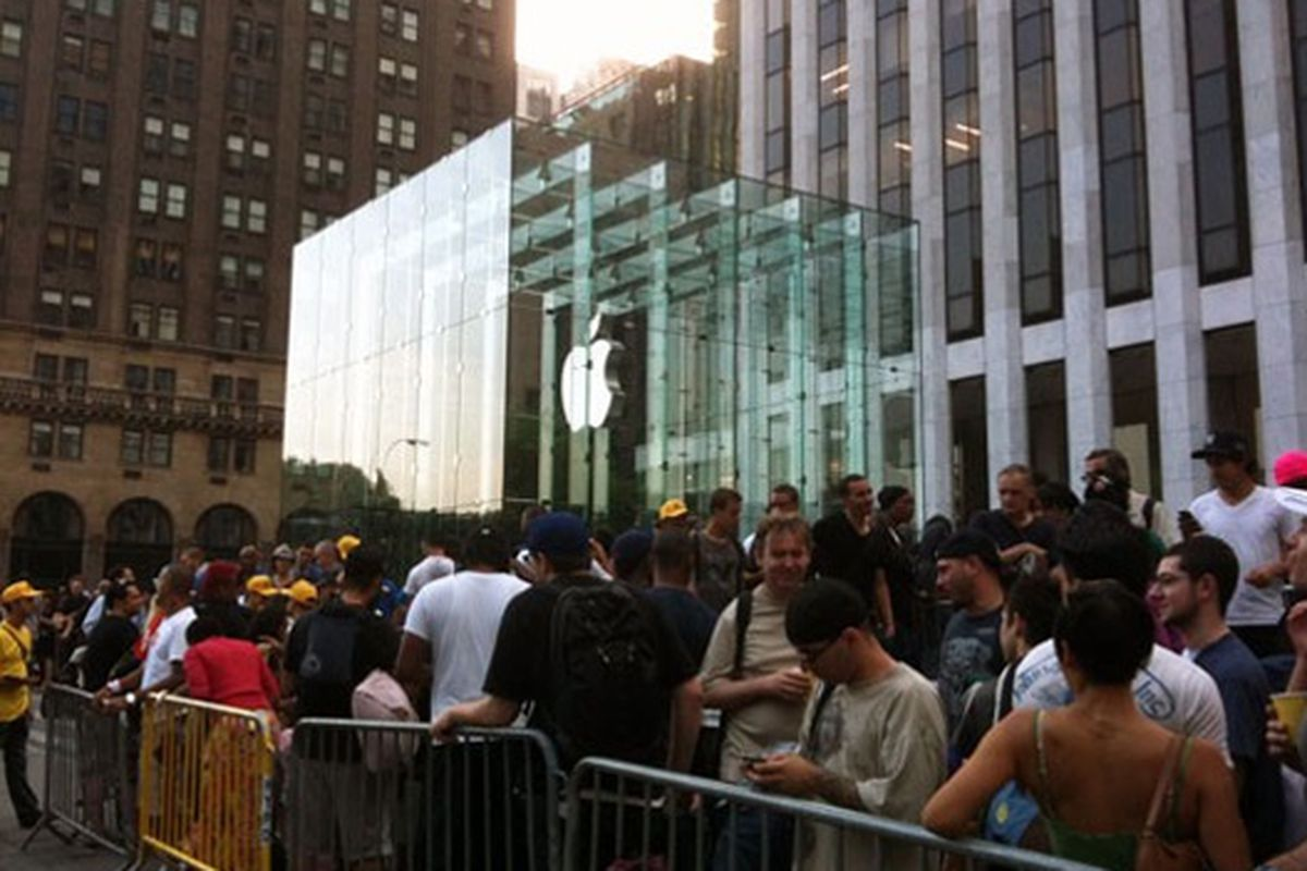The Fifth Avenue Cube on the day of the iPhone 4 release