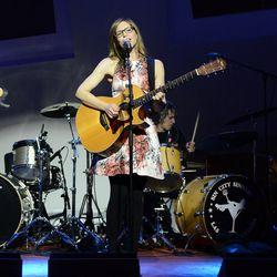 Lisa Loeb performs. Photo: Denise Truscello/WireImage