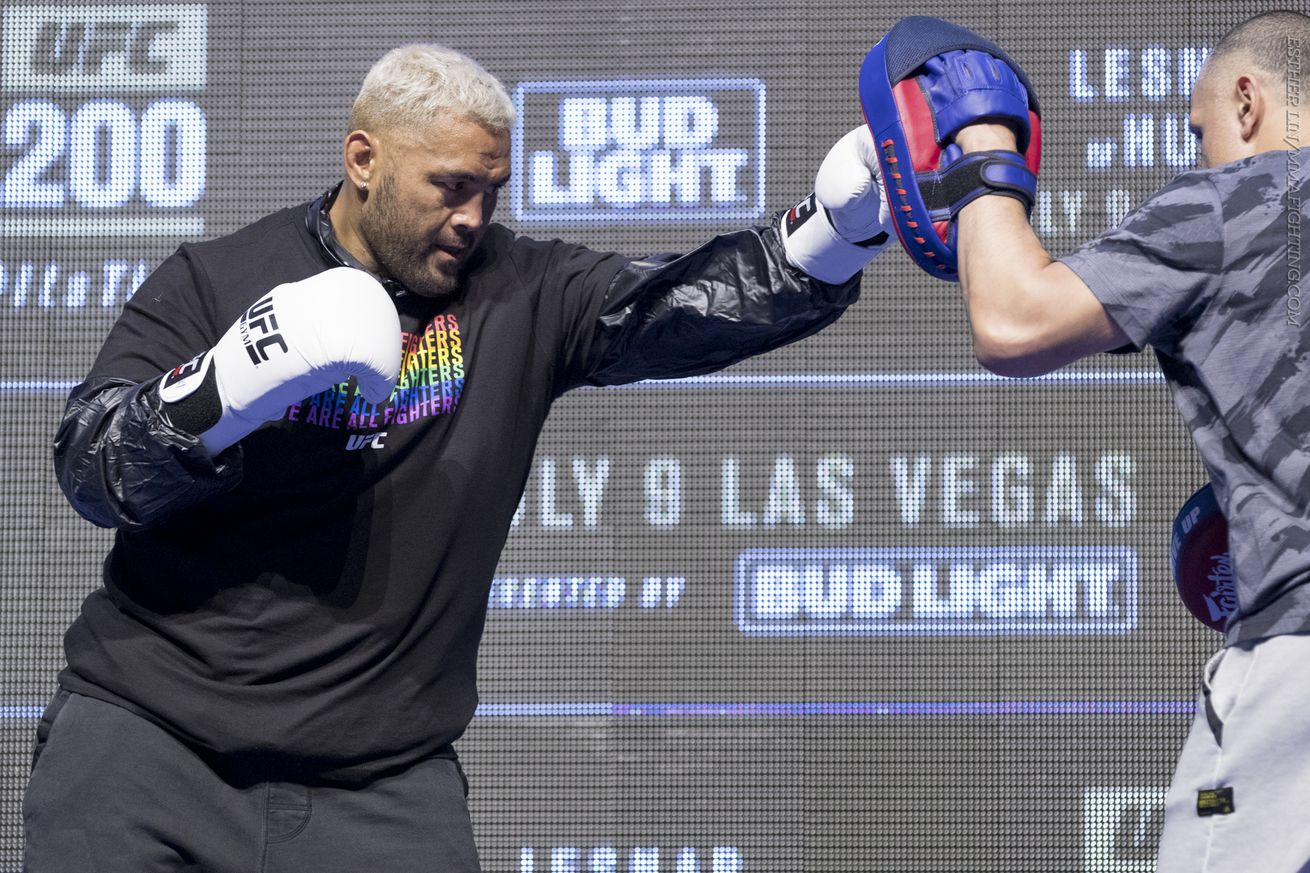 Mark Hunt working out at UFC 200 open workouts