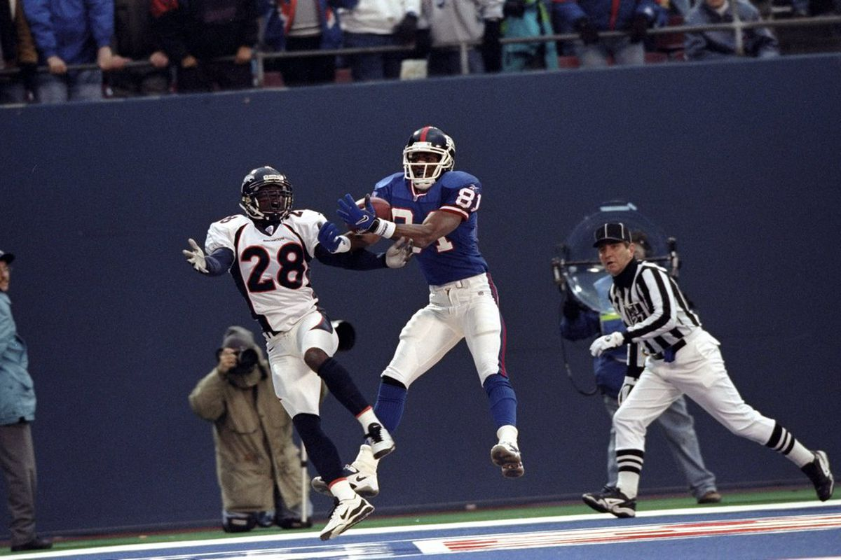 Amani Toomer of the New York Giants makes the winning touchdown reception on Dec. 13, 1998 as the Giants defeat the previously 13-0 Denver Broncos. (Photo by Ezra O. Shaw /Allsport)