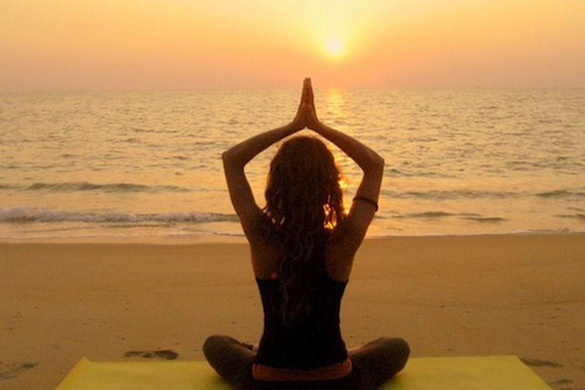 "Image via <a href=""http://www.tumblr.com/tagged/beach%20yoga"">Suavemente-Besame/Tumblr</a>"