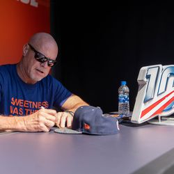 Fans stood in line for hours to get autographs from Bears alumn like Jim McMahon.