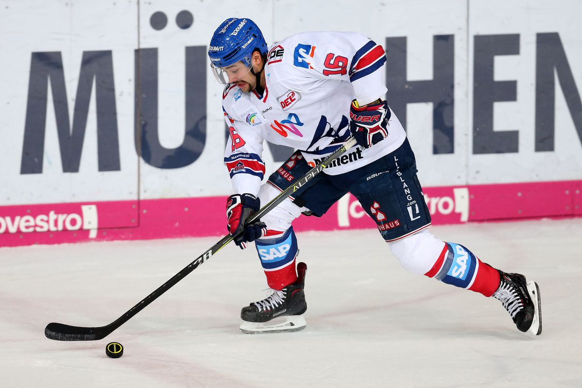 Devin Setoguchi of Adler Mannheim during the DEL Playoff semifinal match 5 between EHC Red Bull Munich and Adler Mannheim on April 6, 2018 in Munich, Germany.
