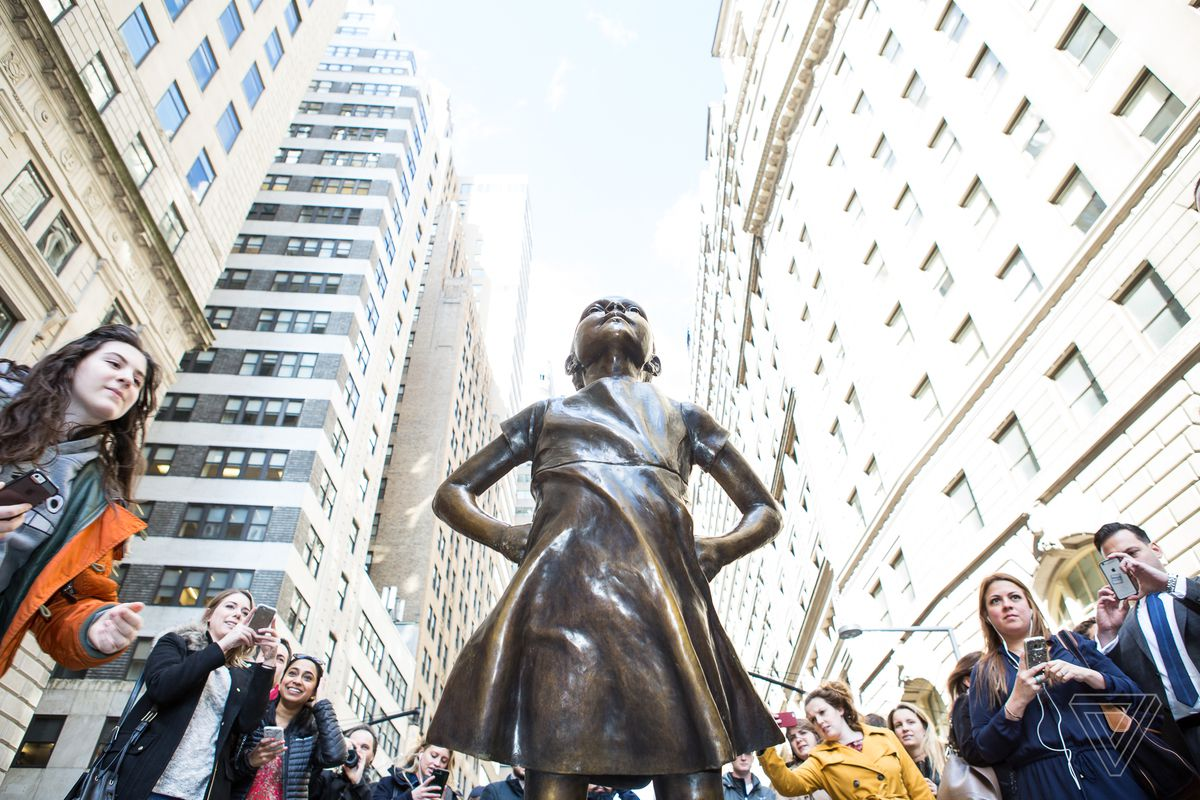 the fearless girl statue on wall street in NYC