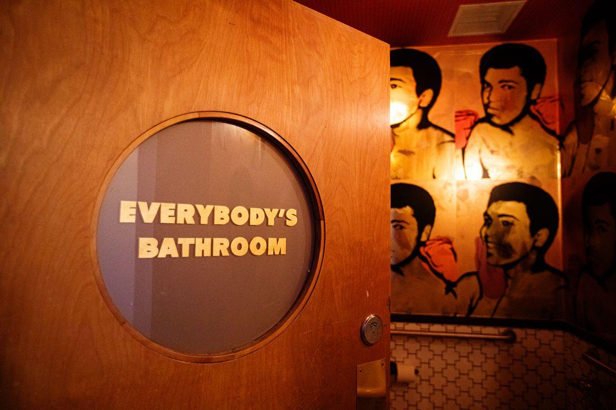Muhammad Ali wallpaper in the bathroom