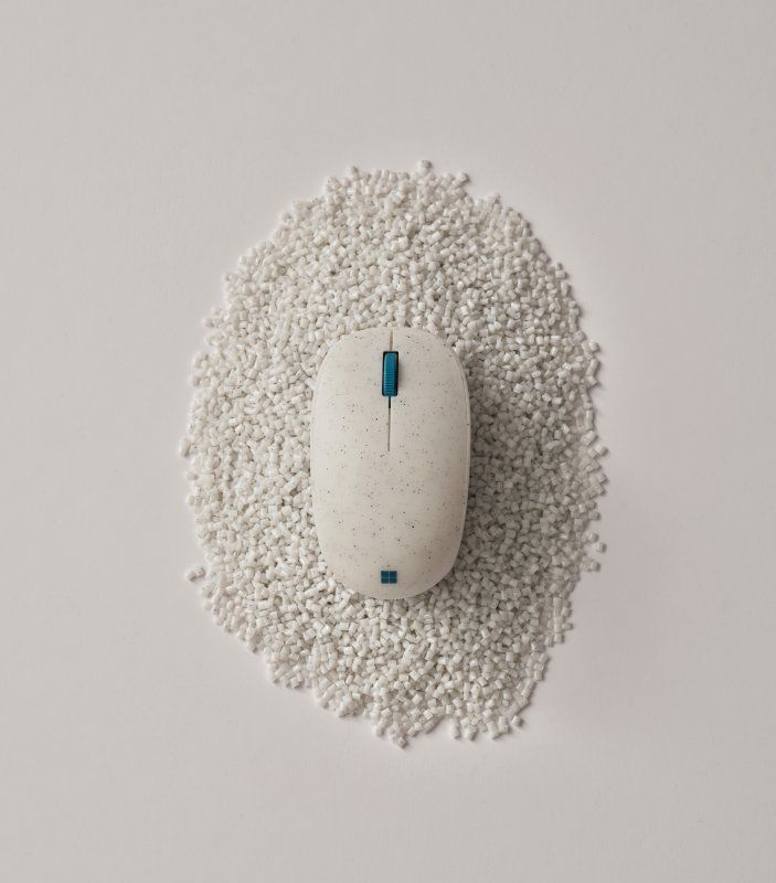 Ocean Plastic Mouse and recycled plastic pellets