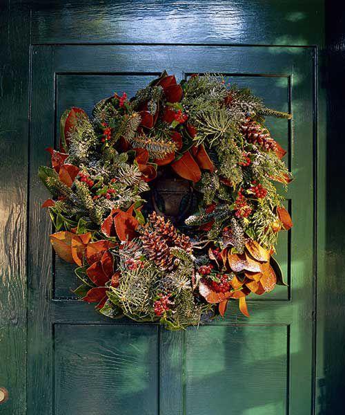 Folhas de magnólia usadas para criar uma guirlanda para uma vegetação única de férias.