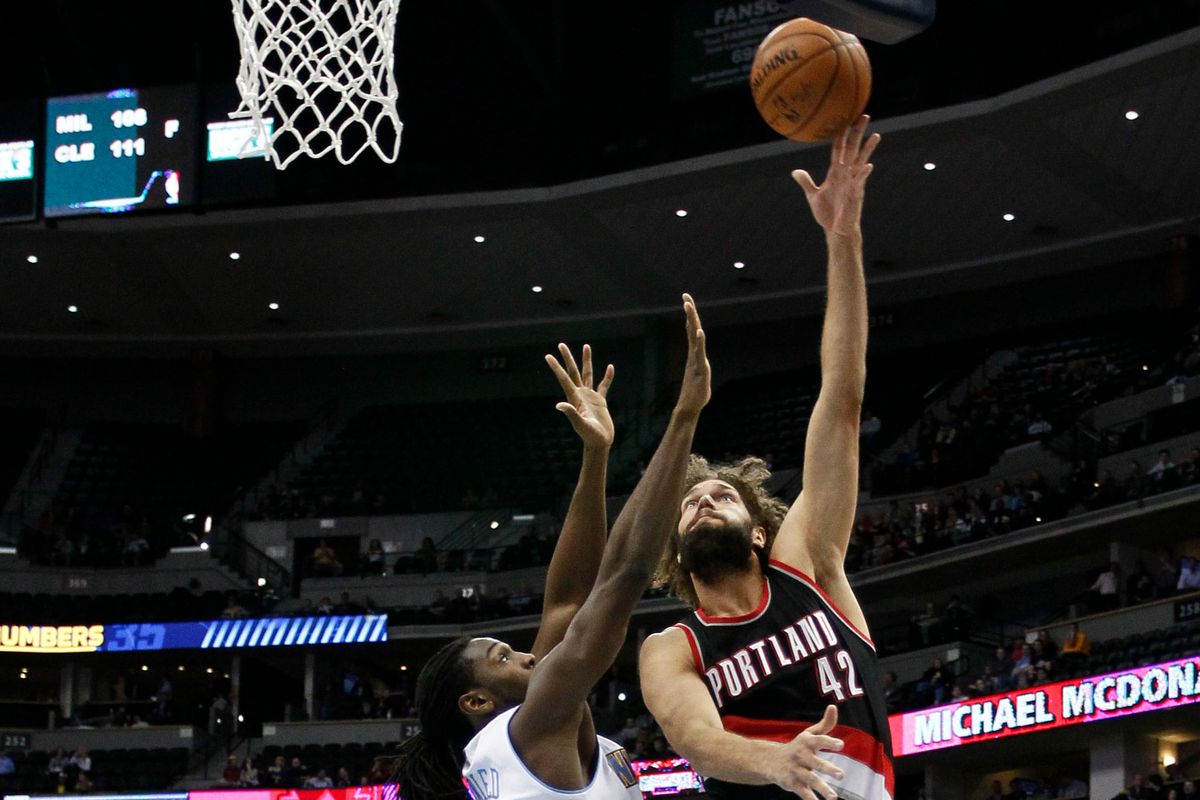 Robin Lopez shoots over Kenneth Faried