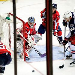 Holtby Watches Puck to Side