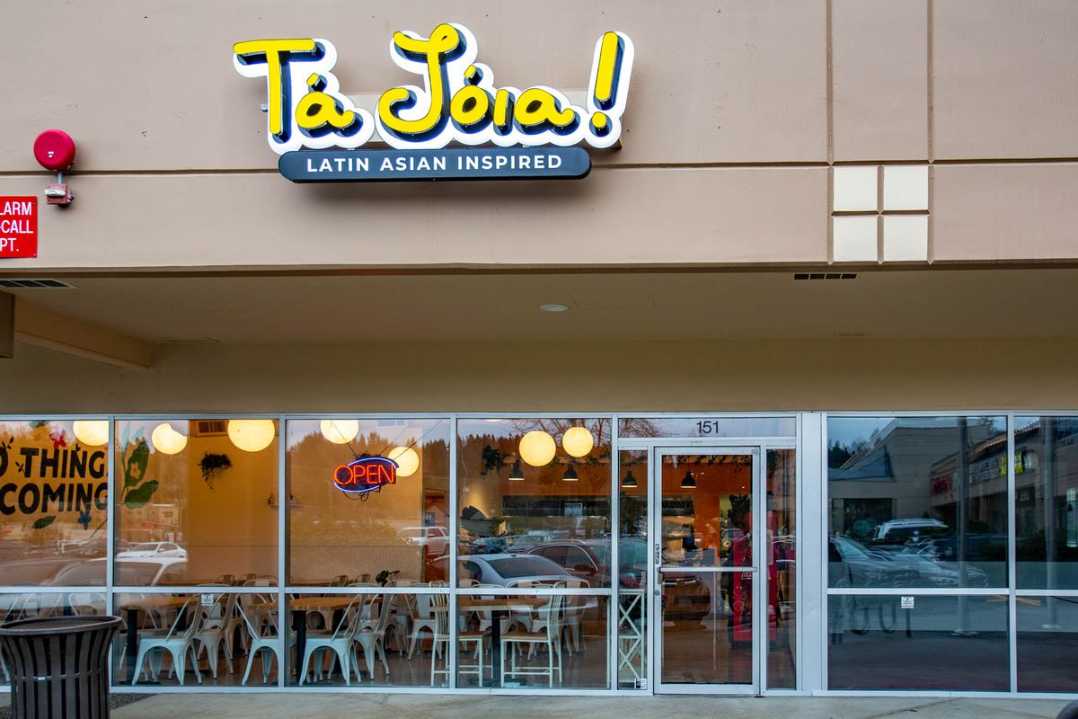 The storefront of Tá Jóia with the restaurant's name in bright yellow letters