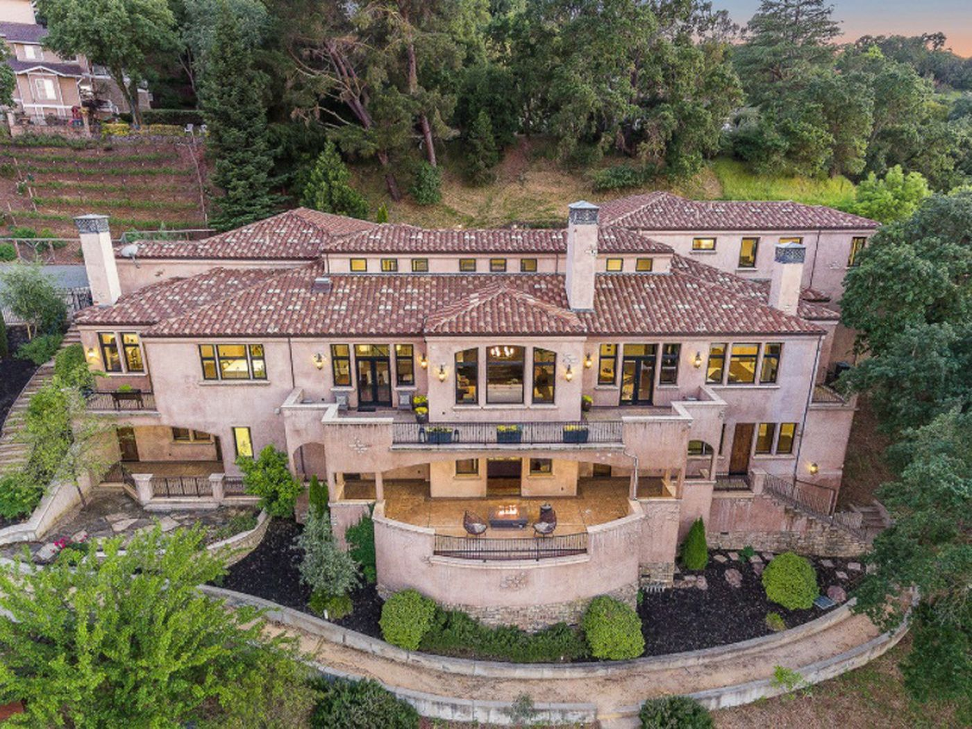 Pics of celebrity homes - Steph Curry S East Bay Mansion Drops Price For A Loss