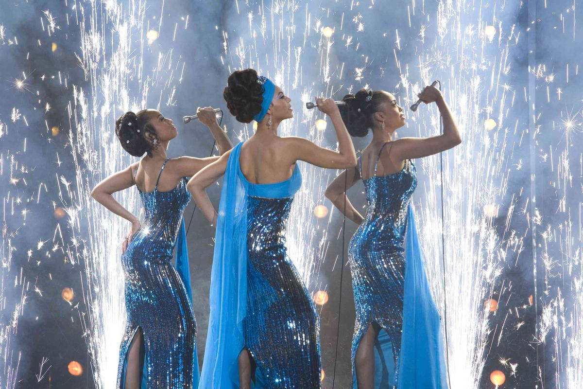 Beyoncé and Anika Noni Rose performing in blue dresses in Dreamgirls