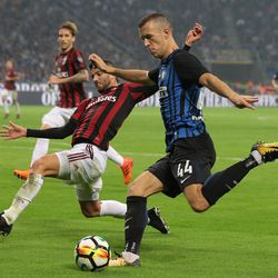 Ivan Perisic of FC Internazionale Milano (R) is challenged by Mateo Pablo Musacchio of AC Milan during the Serie A match between FC Internazionale and AC Milan at Stadio Giuseppe Meazza on October 15, 2017 in Milan, Italy.