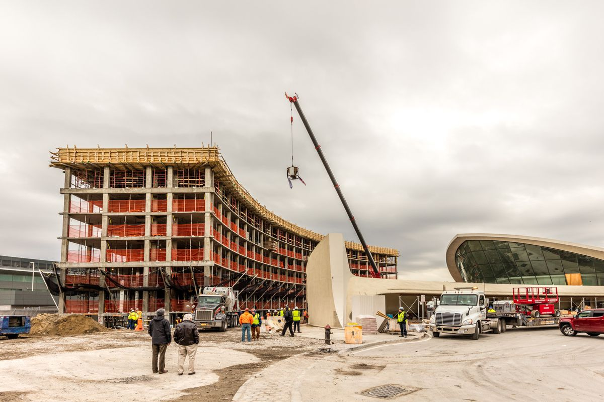 Twa hotel tops out behind eero saarinen s midcentury for Hotel at jfk terminal