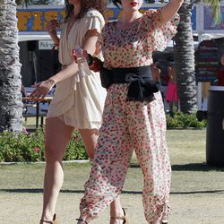 Not even scorching desert temperatures could persuade Dita Von Teese to veer from her signature retro style.