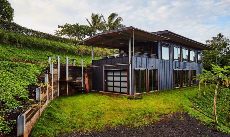 Indoor-outdoor modern home lives the off-grid dream in Hawaii