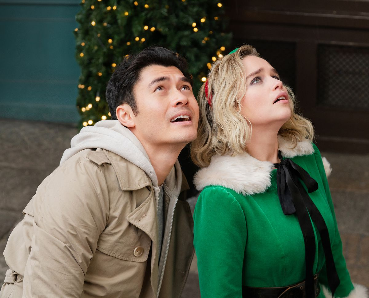 Henry Golding and Emilia Clarke looking up in Last Christmas.