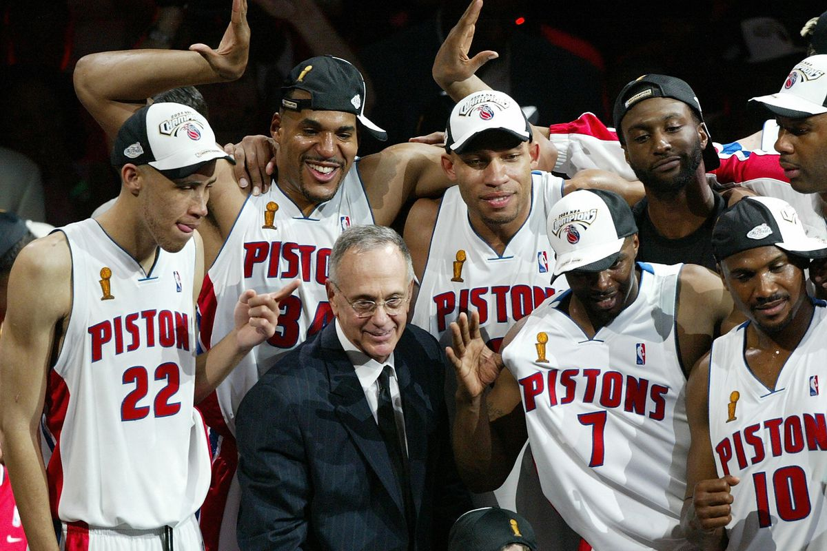 Detroit Piston coach Larry Brown celebra