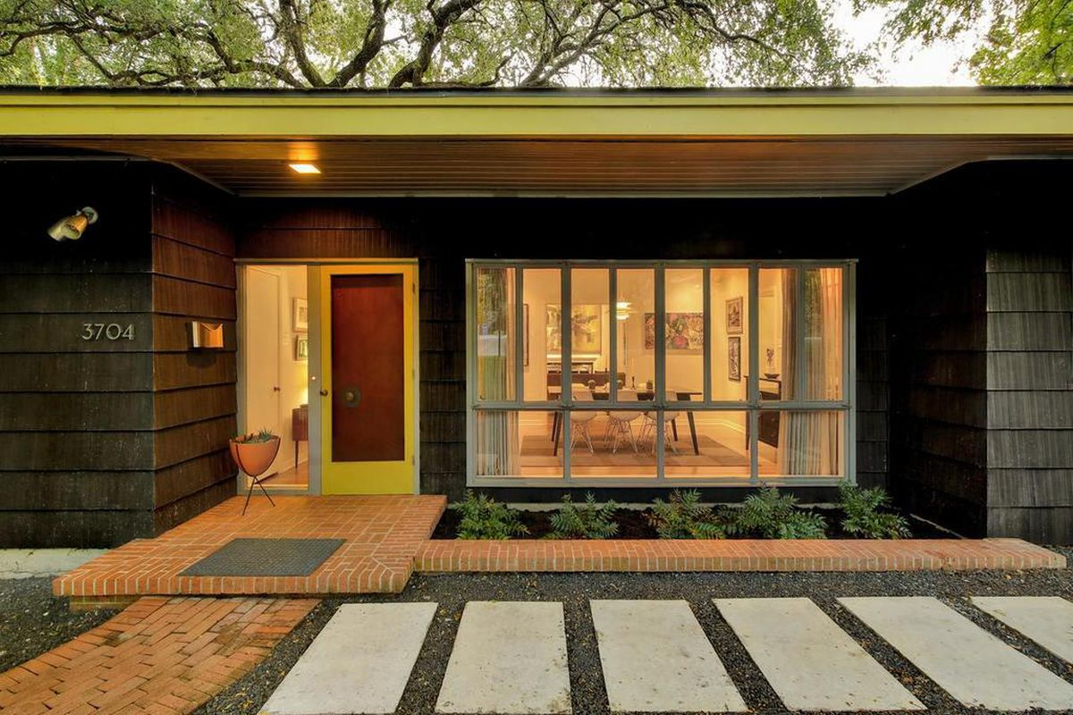 Midcentury modern one-story home with shingle siding