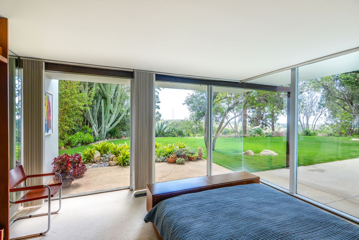 Bedroom that opens to yard