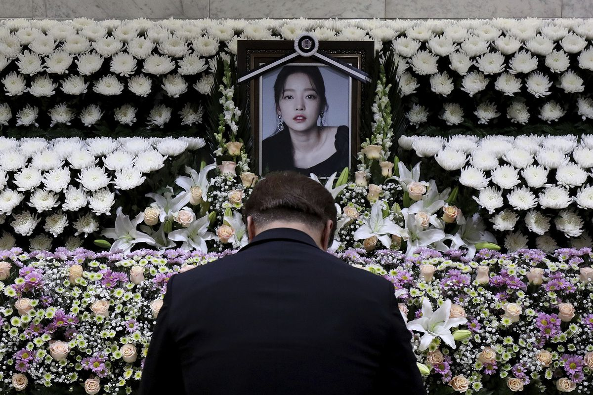A South Korean man pays tribute to K-pop star Goo Hara at a memorial altar at the Seoul St. Mary's Hospital in Seoul, Monday, Nov. 25, 2019.