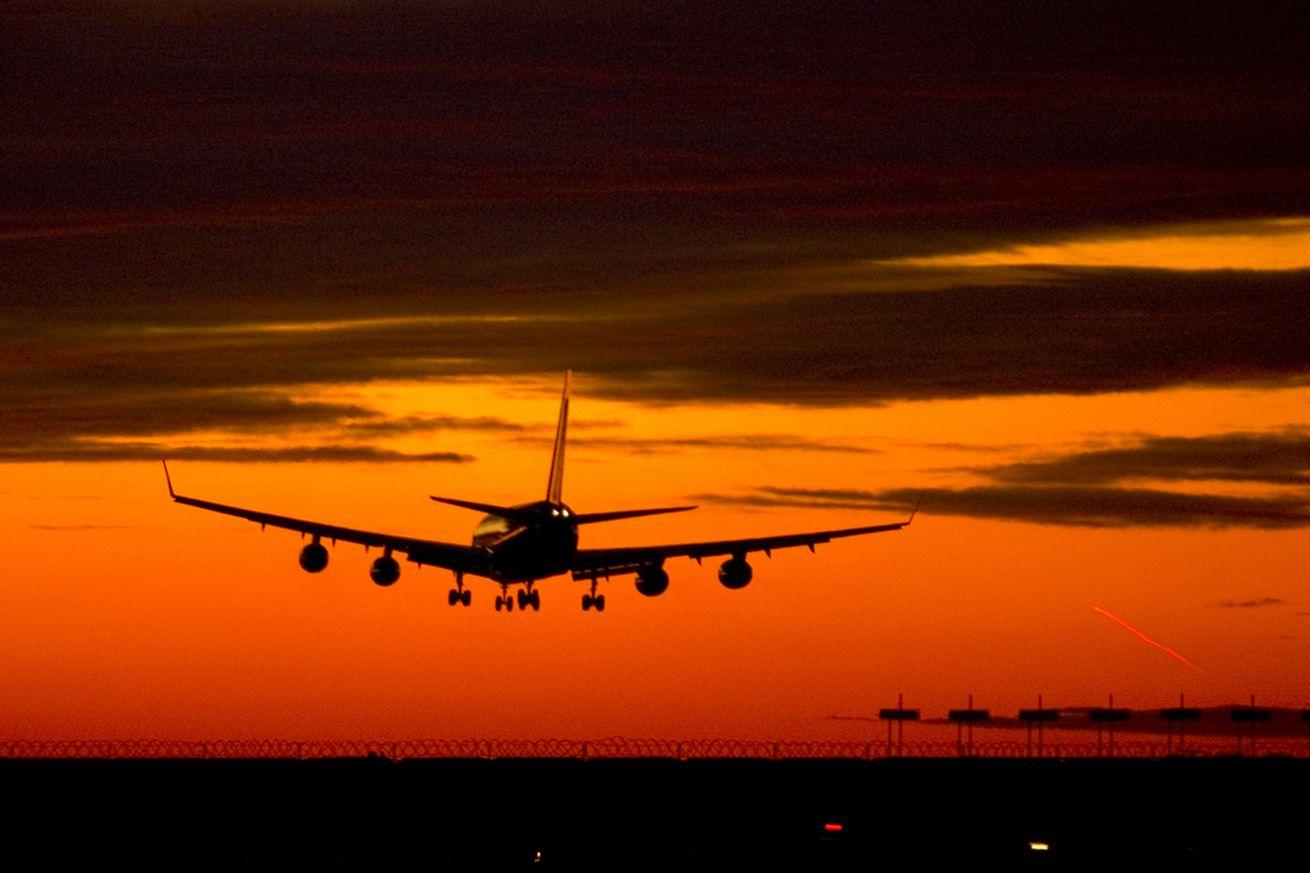 Airplane landing (SHUTTERSTOCK)