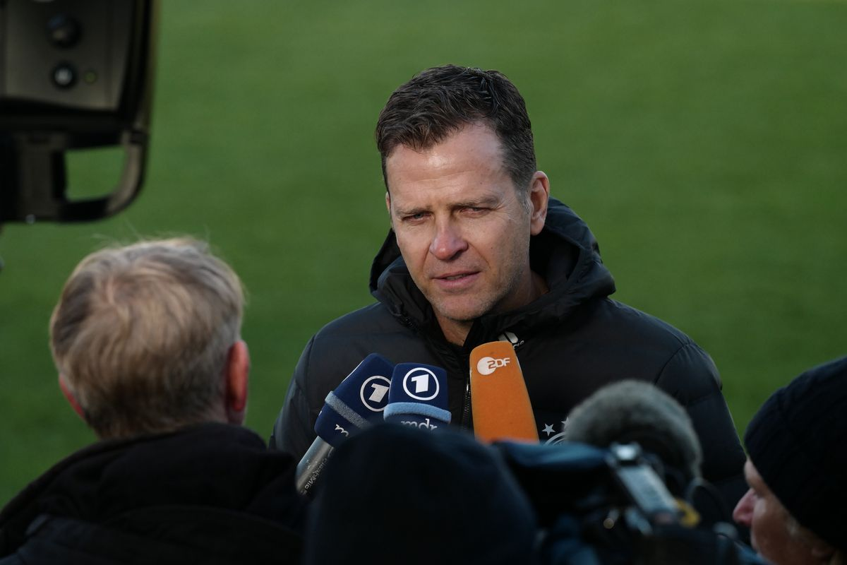17 November 2018, Saxony, Leipzig: Soccer: Germany, training national team before the international match against the Netherlands (20.11.2018) in the Red Bull Academy Leipzig. Oliver Bierhoff, manager of the German national soccer team, talks to media representatives during the training session.