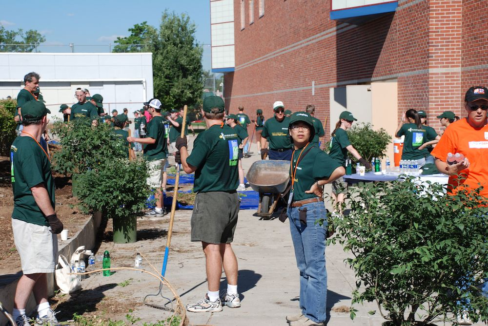 More than 600 volunteers arrived to clean up the Manual campus before the school re-opened in August 2007. (Photo: Alan Gottlieb)