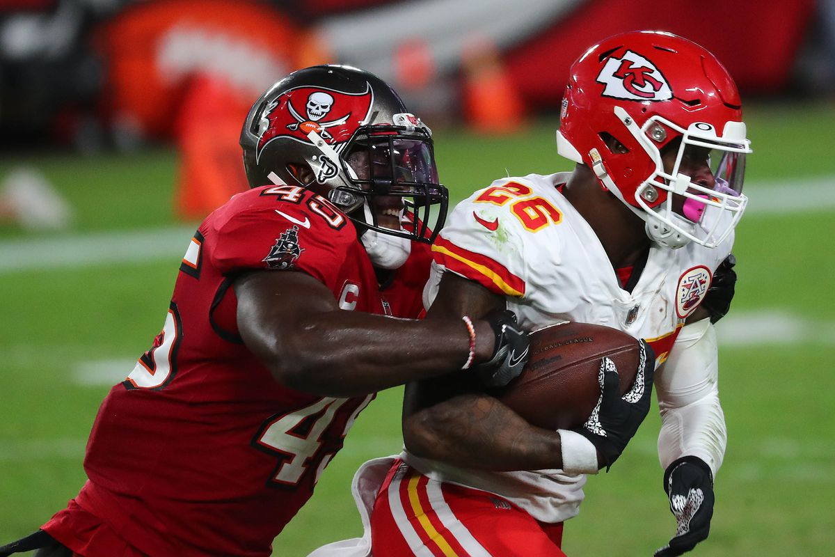 Kansas City Chiefs running back Le'Veon Bell (26) runs the ball against Tampa Bay Buccaneers inside linebacker Devin White (45) during the first half at Raymond James Stadium.