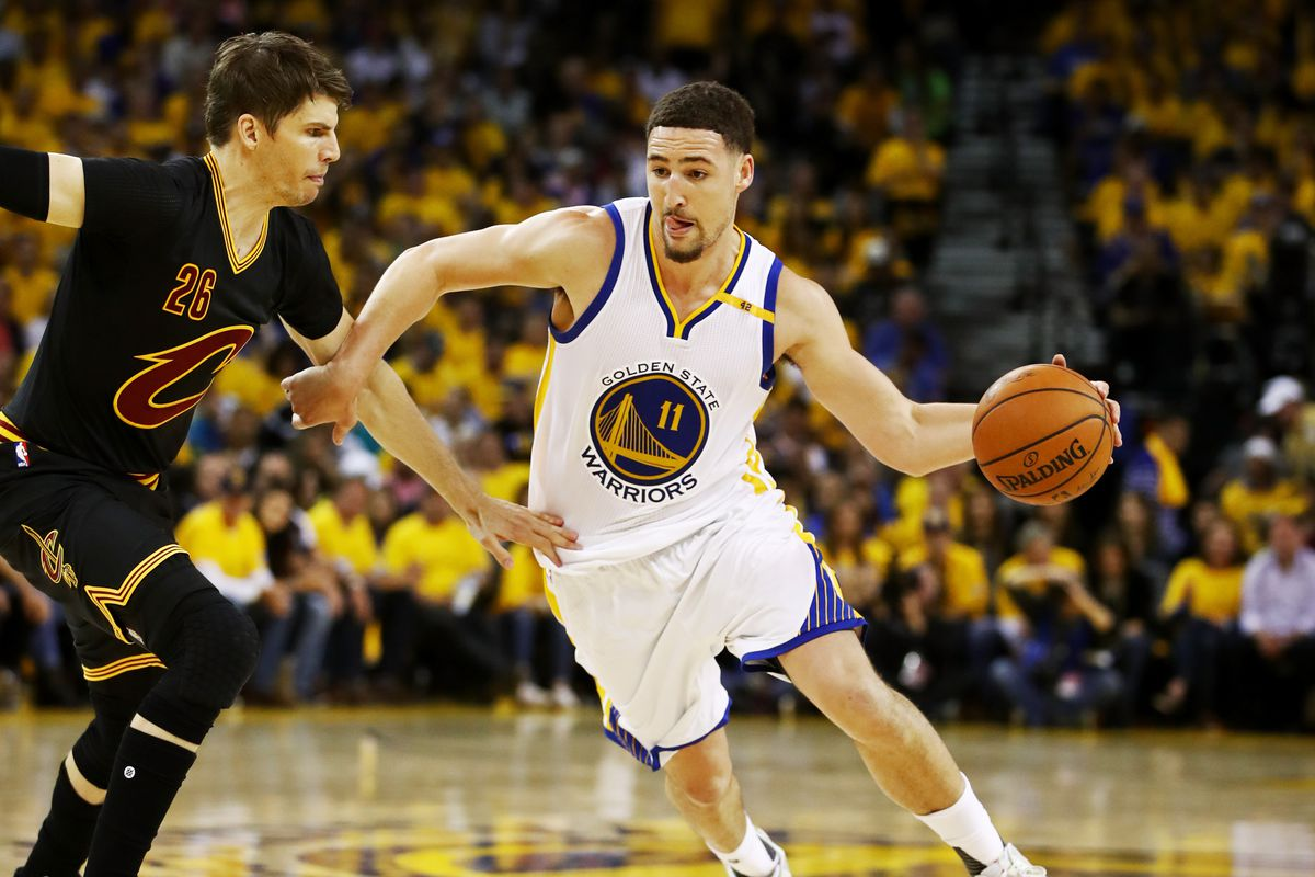 Klay Thompson dribbles the ball as he's guarded by Kyle Korver in the 2017 NBA Finals