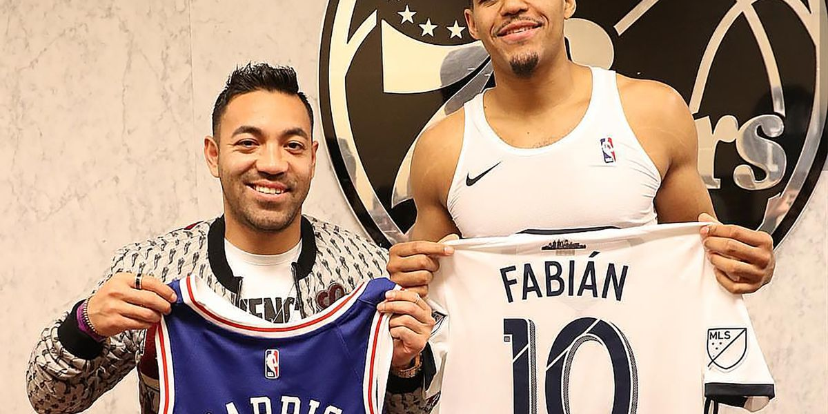 Marco Fabián attends Sixers game, swaps jerseys with Tobias Harris