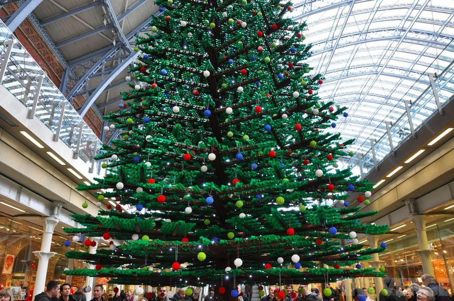 Lego Christmas tree inside London's St Pancras Station - The Verge