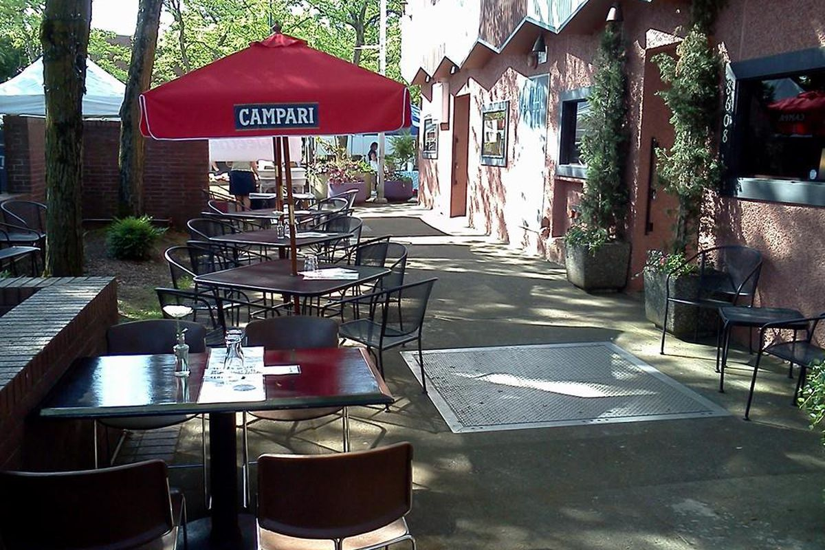 Outdoor dining at The Central Hotel